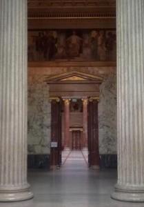 Eingang in die Säulenhalle im Parlament in Wien