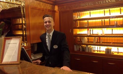 David Szymaszek, Rezeptionist im Hotel Stefanie