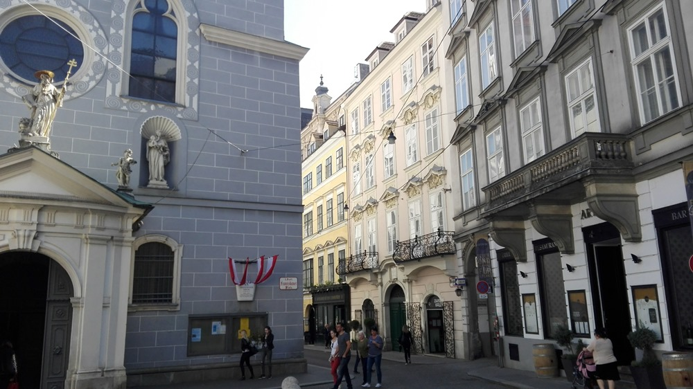 Gut versteckt, der Eingang an einer Ecke am Franziskanerplatz