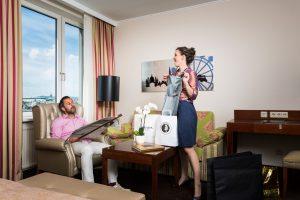 Zurück von der Einkaufstour - Entspannen im Hotelzimmer
