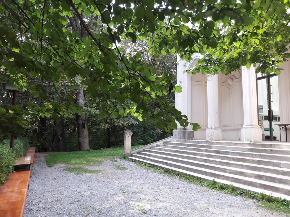 Bänke laden vor der Sisi Kapelle zum Verweilen ein